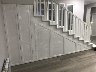Шкаф распашной под лестницу
